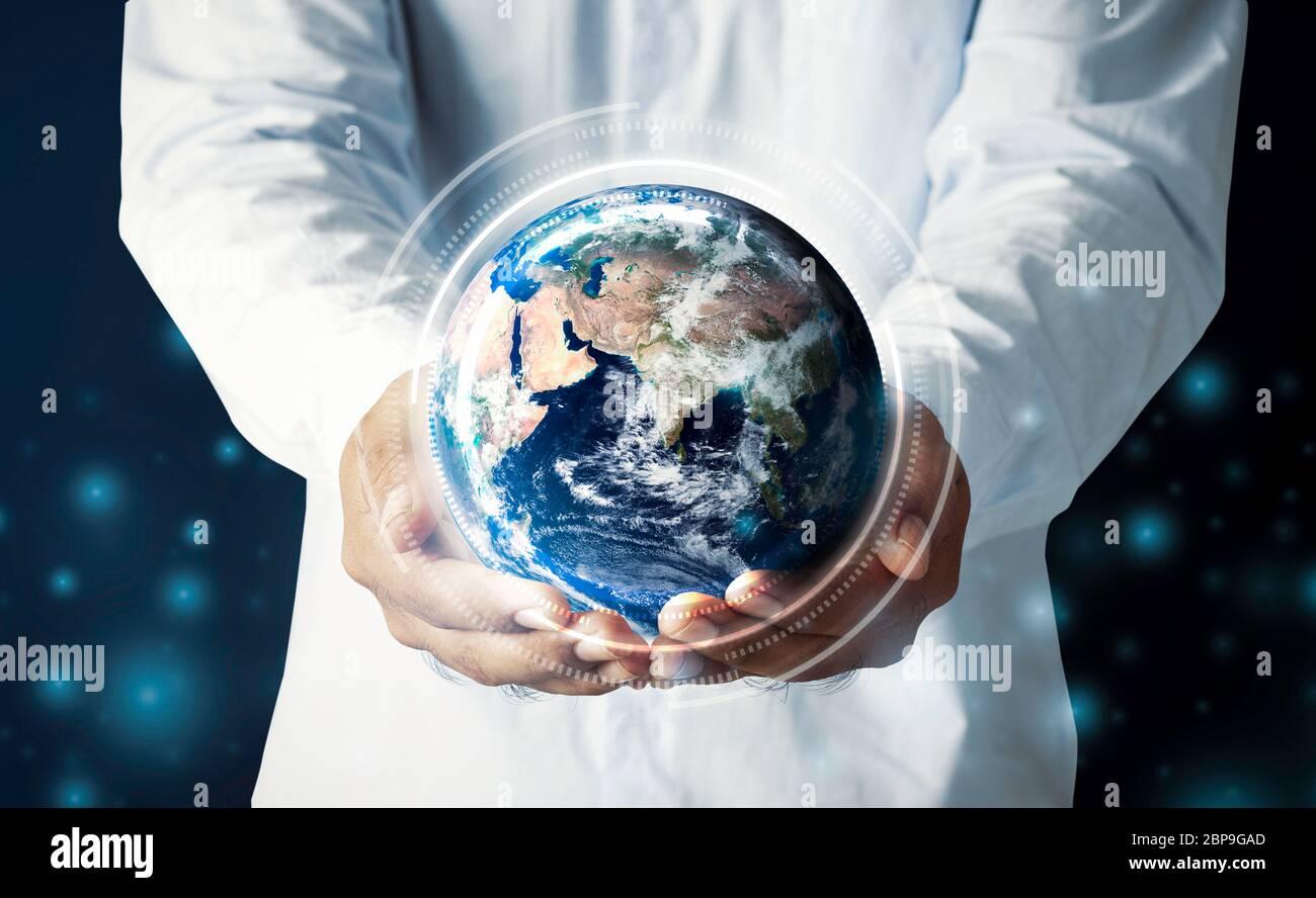 Homme d'affaires tenant main multinationale hologramme globe concept pour la responsabilité de la carte mondiale, connexion de réseau Internet de cloud, international info tech Banque D'Images