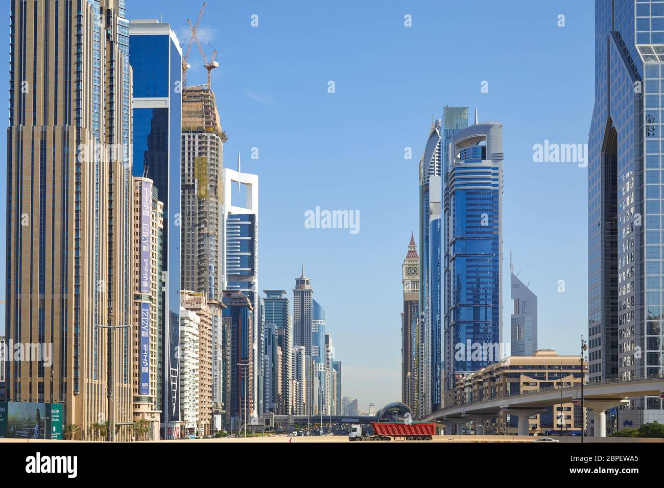 DUBAÏ, ÉMIRATS ARABES UNIS - 23 NOVEMBRE 2019 : Sheikh Zayed Road View with Modern Skyscrapers in a Sunny day, blue Sky Banque D'Images