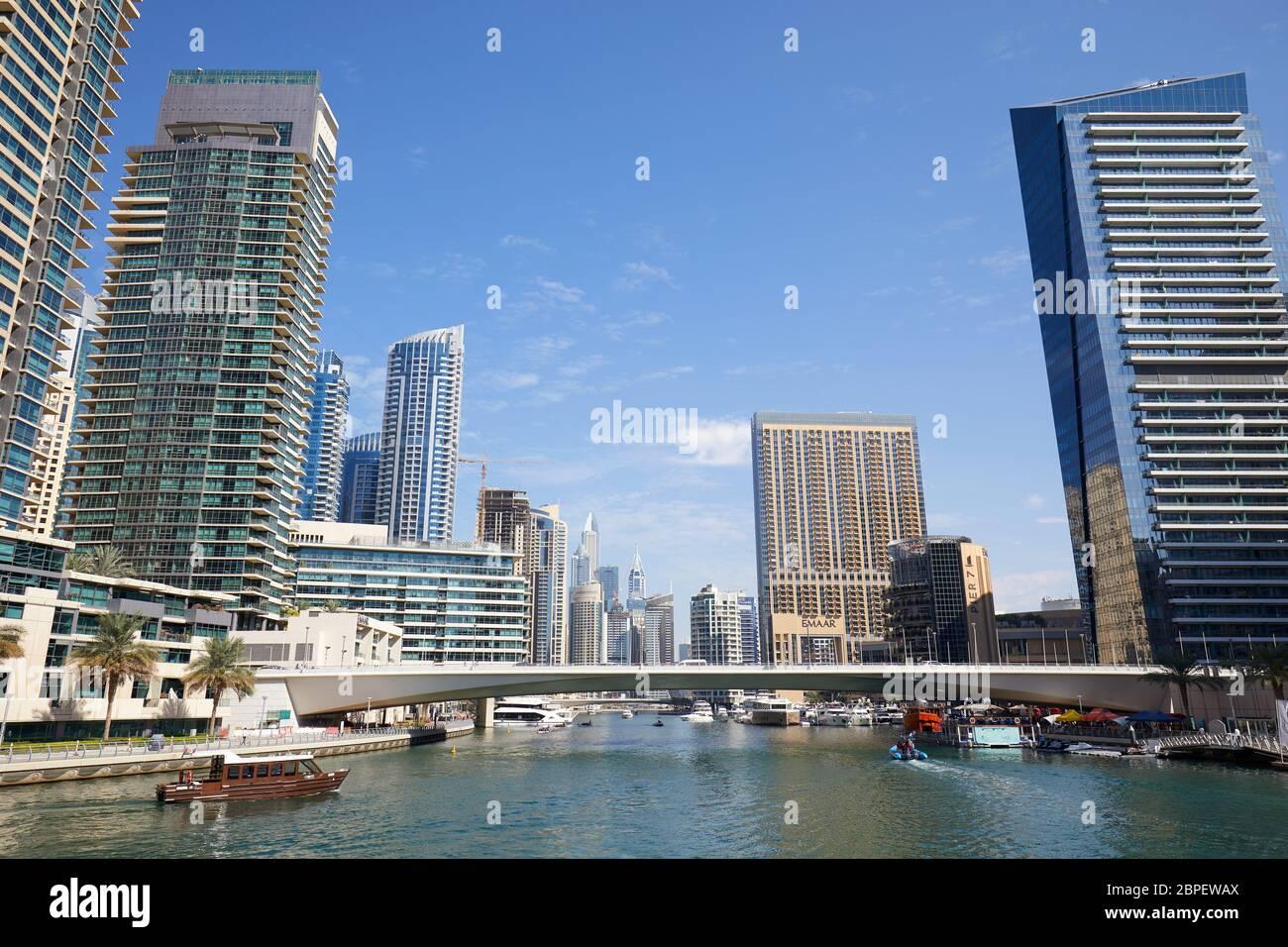 DUBAÏ, ÉMIRATS ARABES UNIS - 23 NOVEMBRE 2019 : gratte-ciel et canal de la marina de Dubaï avec bateaux par temps ensoleillé, ciel bleu clair à Dubaï Banque D'Images