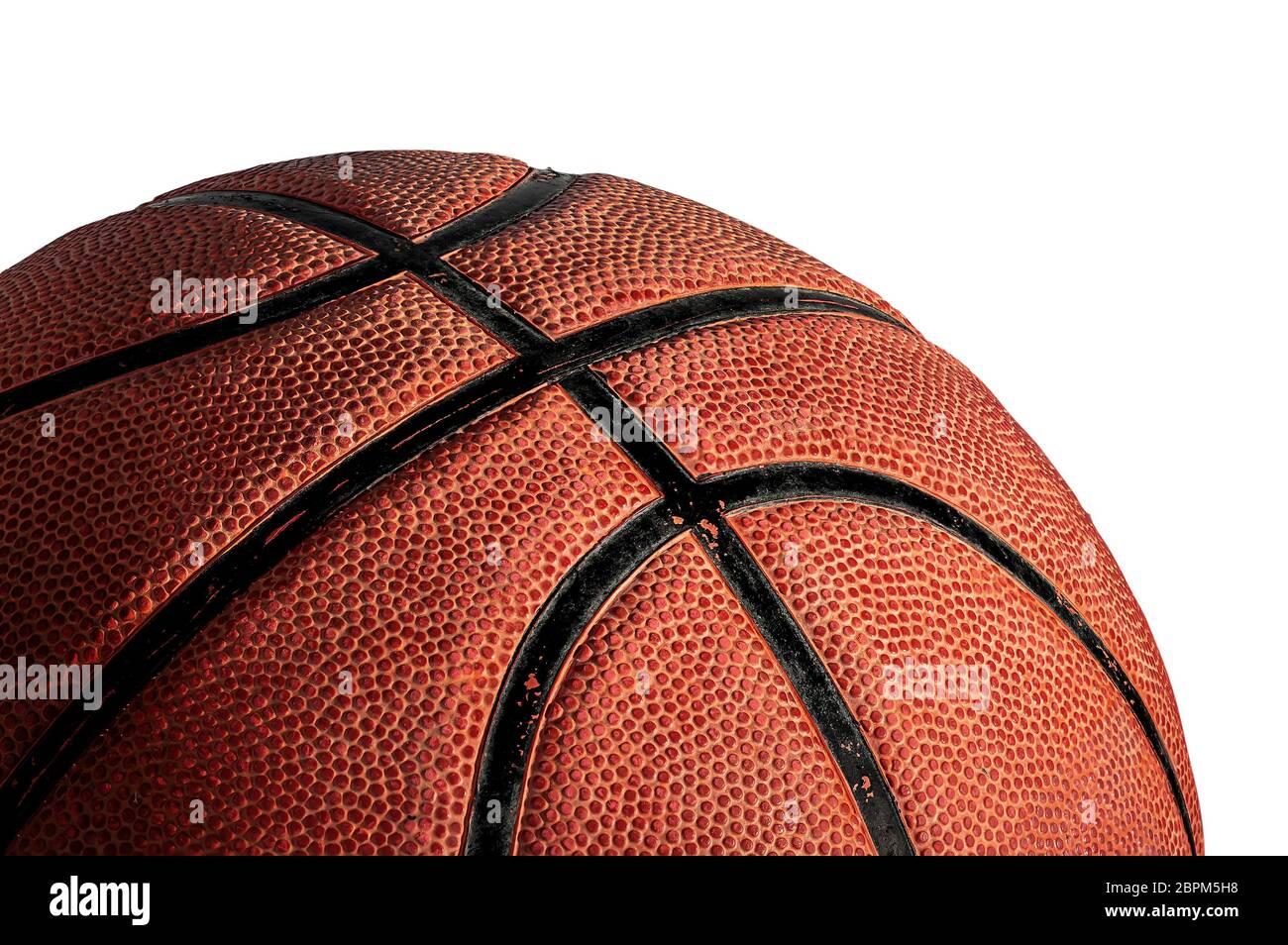 Une partie de basket-ball ball allumé par le haut. Isolé sur fond blanc. Vue de côté. Banque D'Images