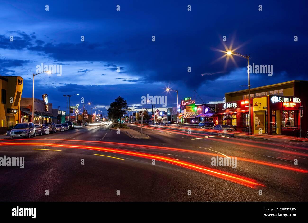 Des feux de voiture et des magasins sont éparpiller sur la route 66, Central Avenue, Nob Hill, Albuquerque, Nouveau-Mexique, États-Unis Banque D'Images