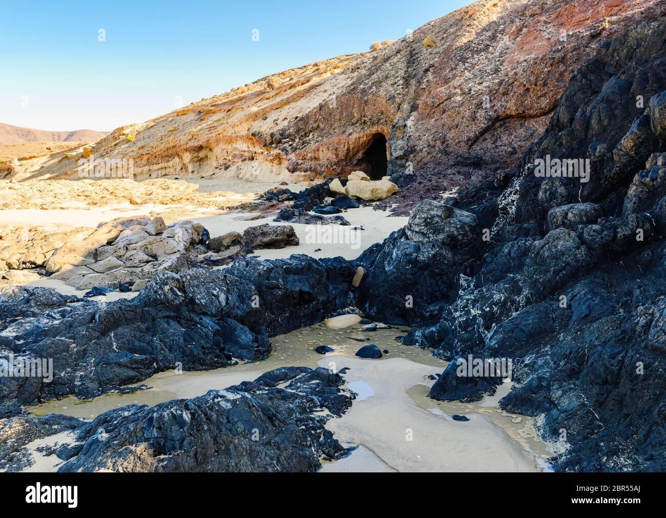 Vue sur la magnifique plage Playa de la Cera, mer bleue, sable jaune, falaises. Papagayo, Playa Blanca, Lanzarote, Îles Canaries, Foyer Sélectif Banque D'Images