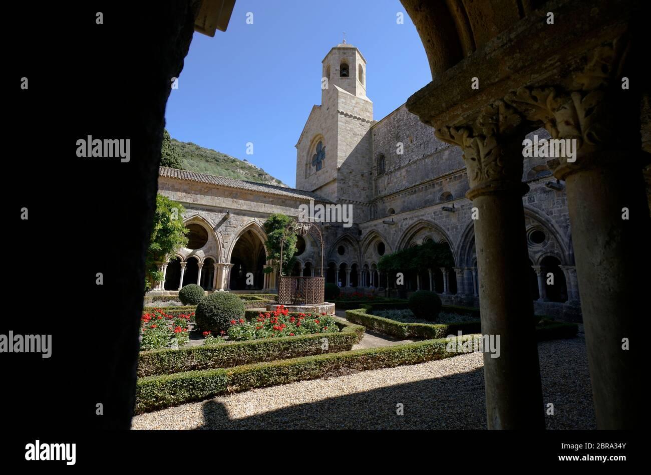 Cloître et jardin de l'Abbaye Sainte-Marie de Fontfroide ou Abbaye de Fontfroide avec tour d'église en arrière-plan. Narbonne, Aude Occitanie, France, Banque D'Images