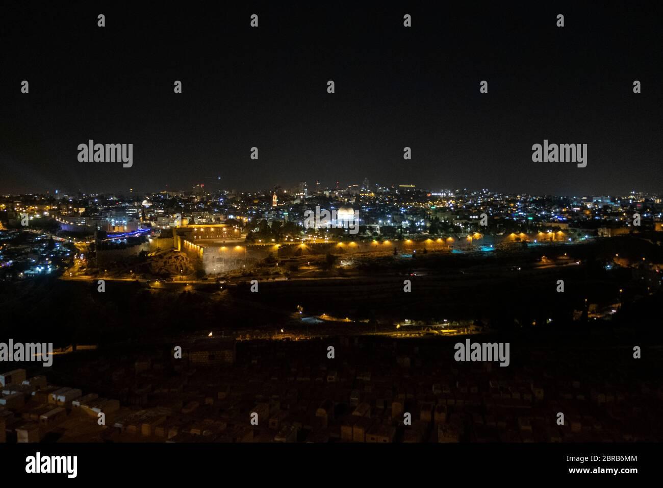 Vue de nuit du Mont des oliviers vers le Dôme du Rocher et la Mosquée Al-Aksa construite au sommet du Mont du Temple, connue sous le nom de la Compound Al Aqsa ou Haram al-Sharif dans la vieille ville Jérusalem-est Israël Banque D'Images
