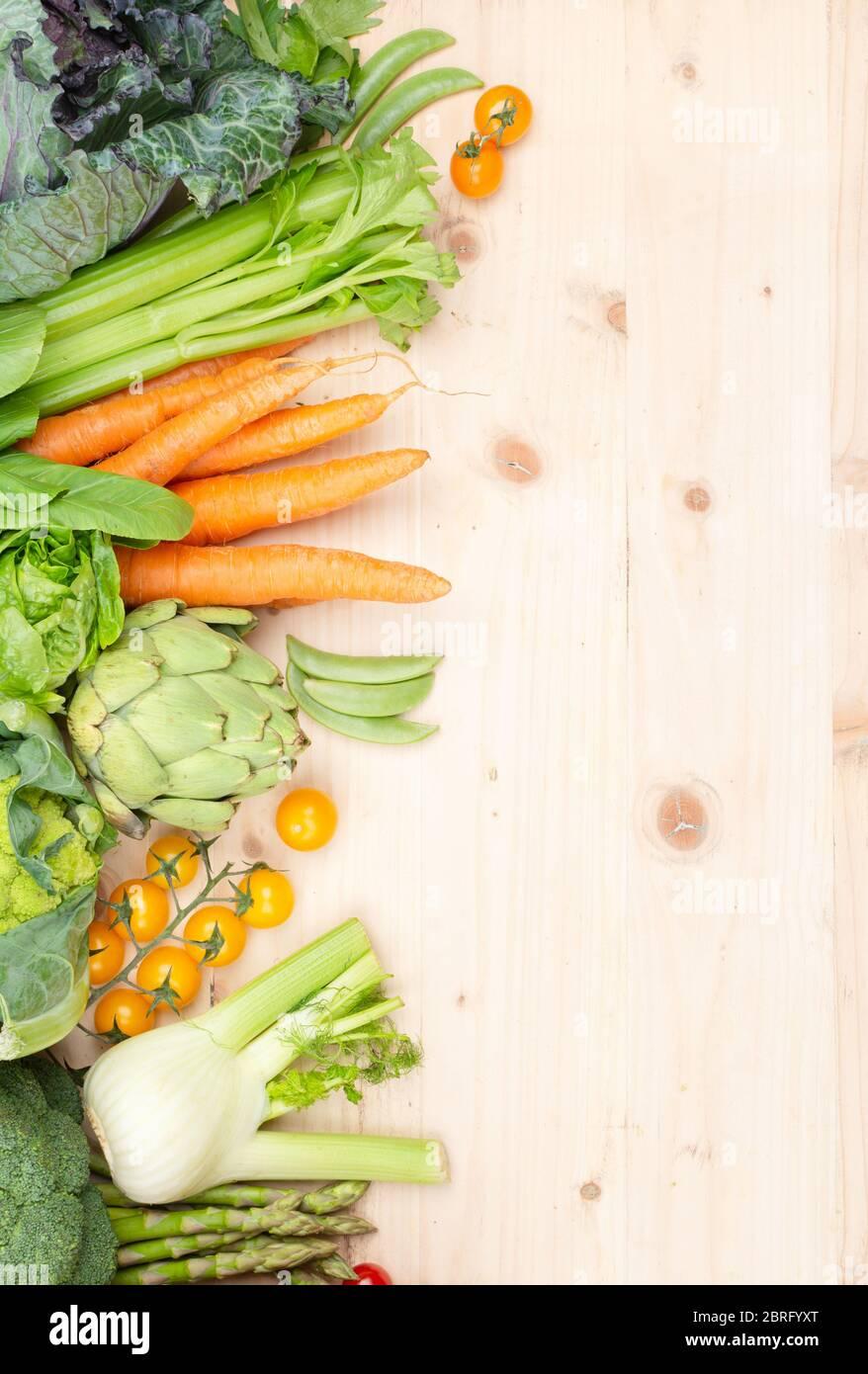 Vue de dessus des légumes sur une table en bois, carottes céleri tomates chou brocoli, espace de copie, foyer sélectif Banque D'Images