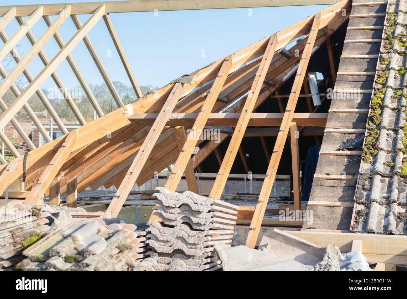 Les projets de rénovation. Construction d'extension de la maison existante, charpente en bois non fini, selective focus Banque D'Images