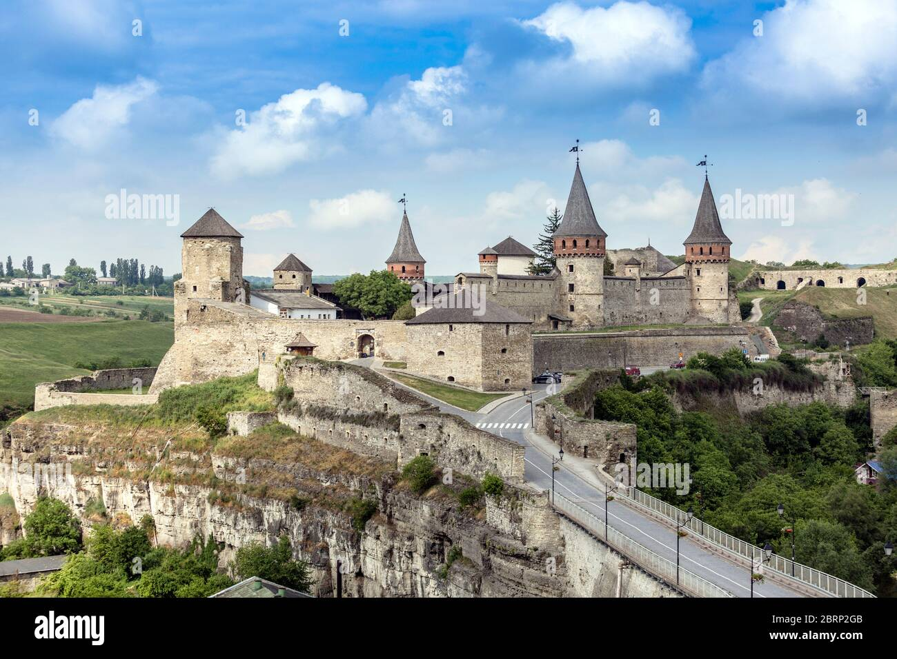 Ancien château médiéval ruthène-lituanien situé dans la ville historique de Kamianets-Podilskyi, en Ukraine. Dominez le Smotrych R environnant Banque D'Images