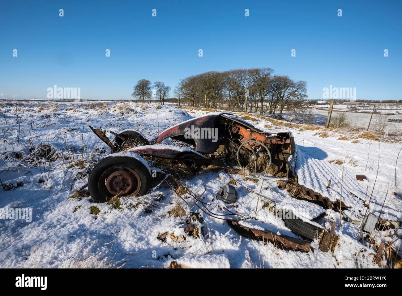 Épave de voitures dans un champ couvert de neige à Lanarkshire, en Écosse Banque D'Images