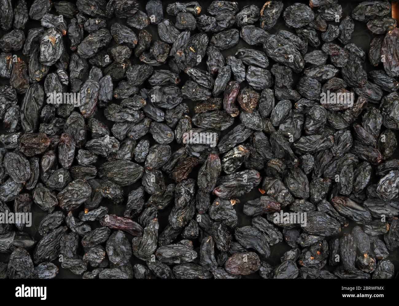 Grands raisins secs noirs bio. Pour la texture ou l'arrière-plan. Banque D'Images