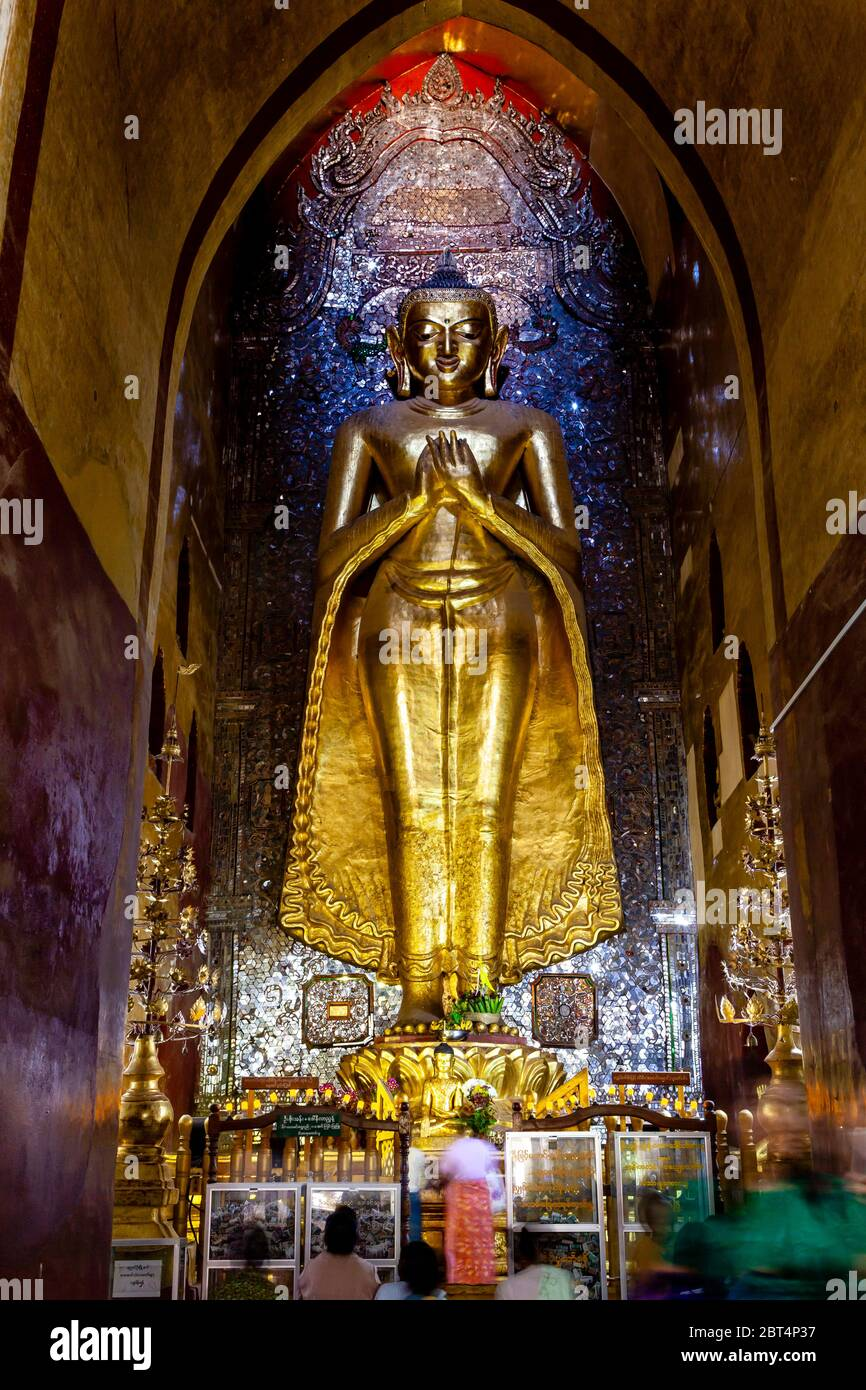 Visiteurs priant au temple Ananda, Bagan, région de Mandalay, Myanmar. Banque D'Images