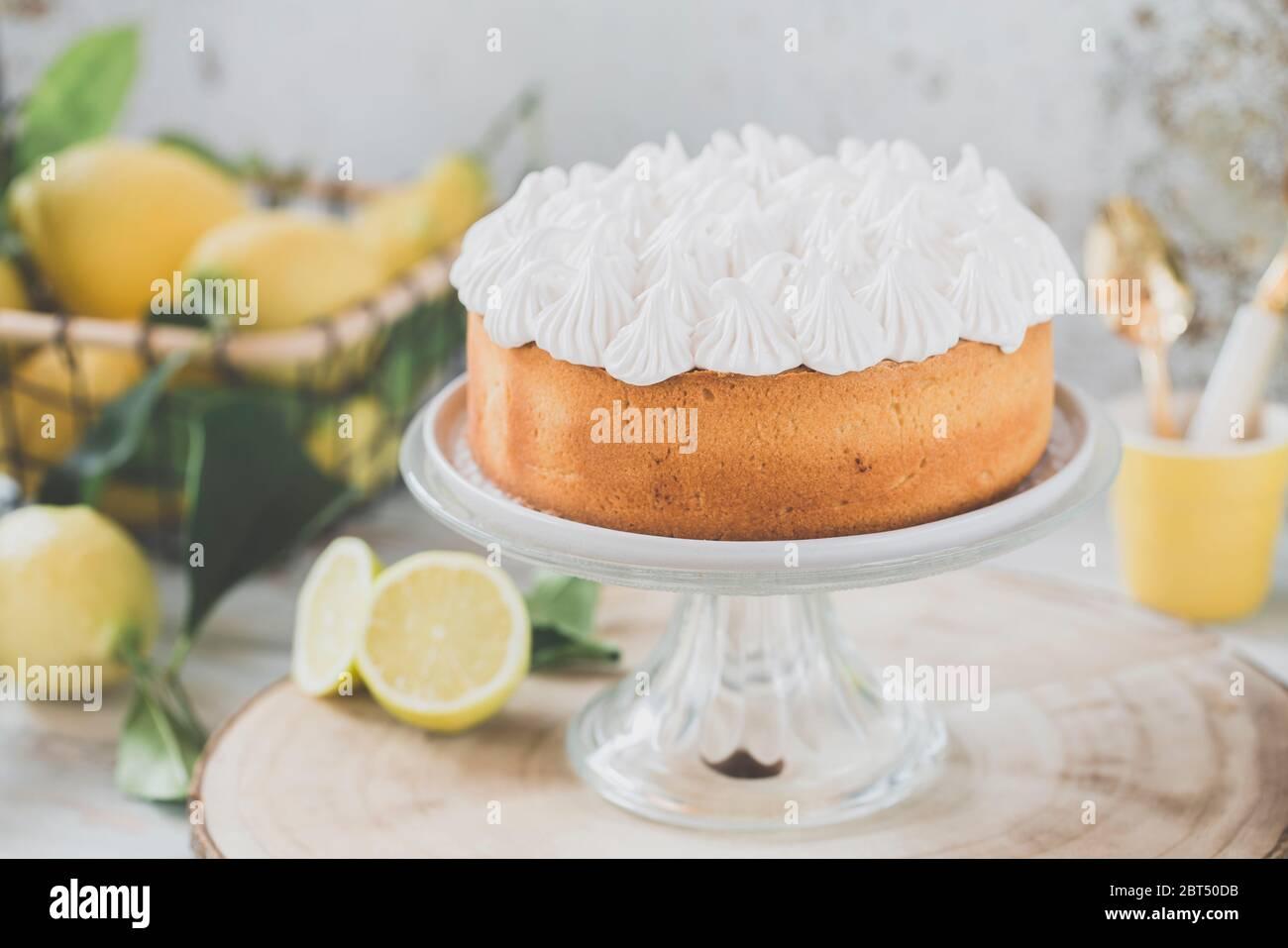 Cake au citron et à la meringue sur un cakestan Banque D'Images