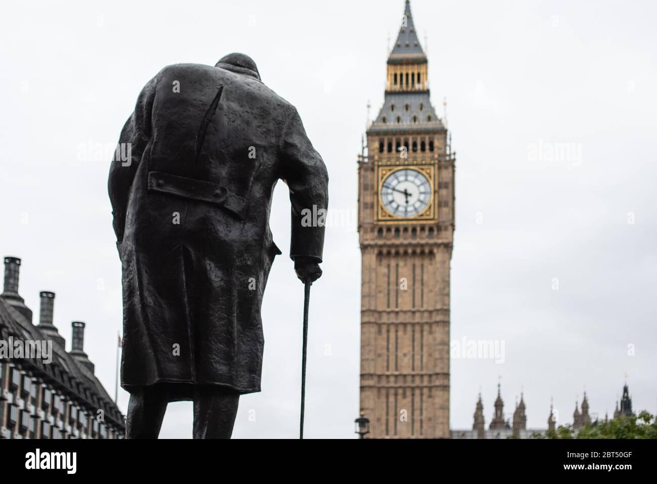 Statue de Winston Churchill face à Big Ben, Londres, Angleterre, Royaume-Uni Banque D'Images