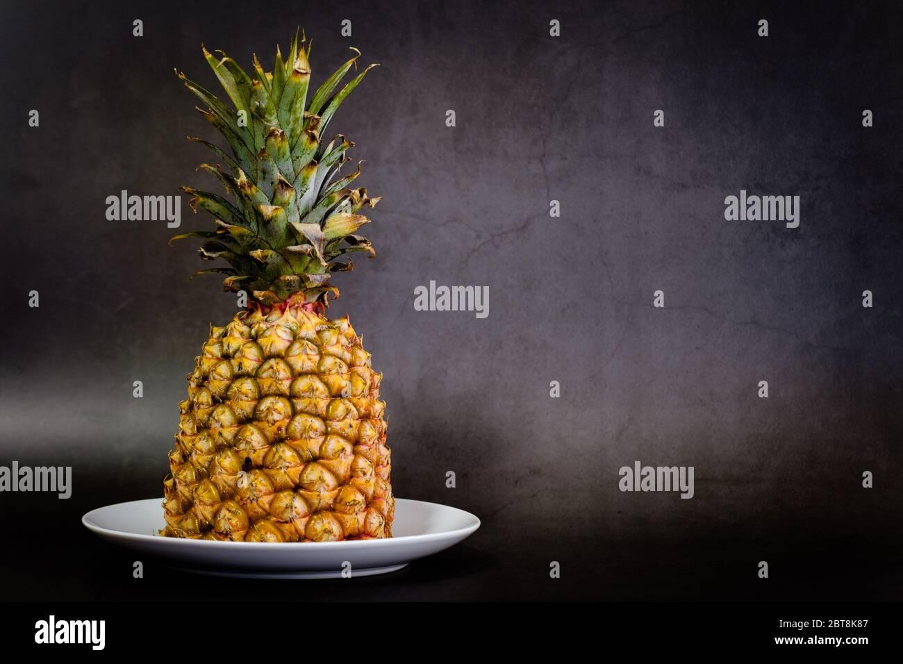 Ananas sur fond noir avec espace de copie Banque D'Images