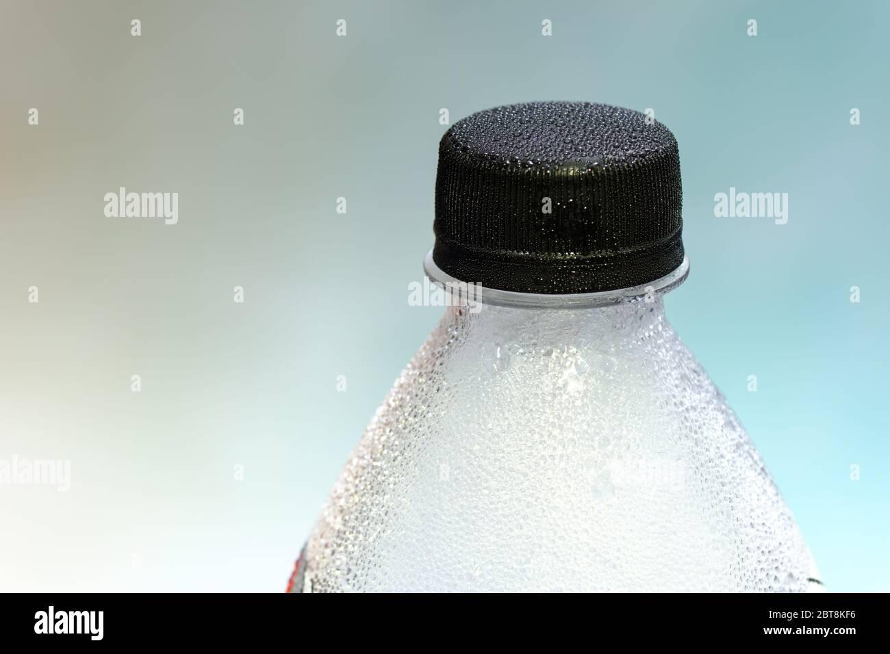 Gros plan d'une bouteille en plastique, eau minérale, fond clair Banque D'Images
