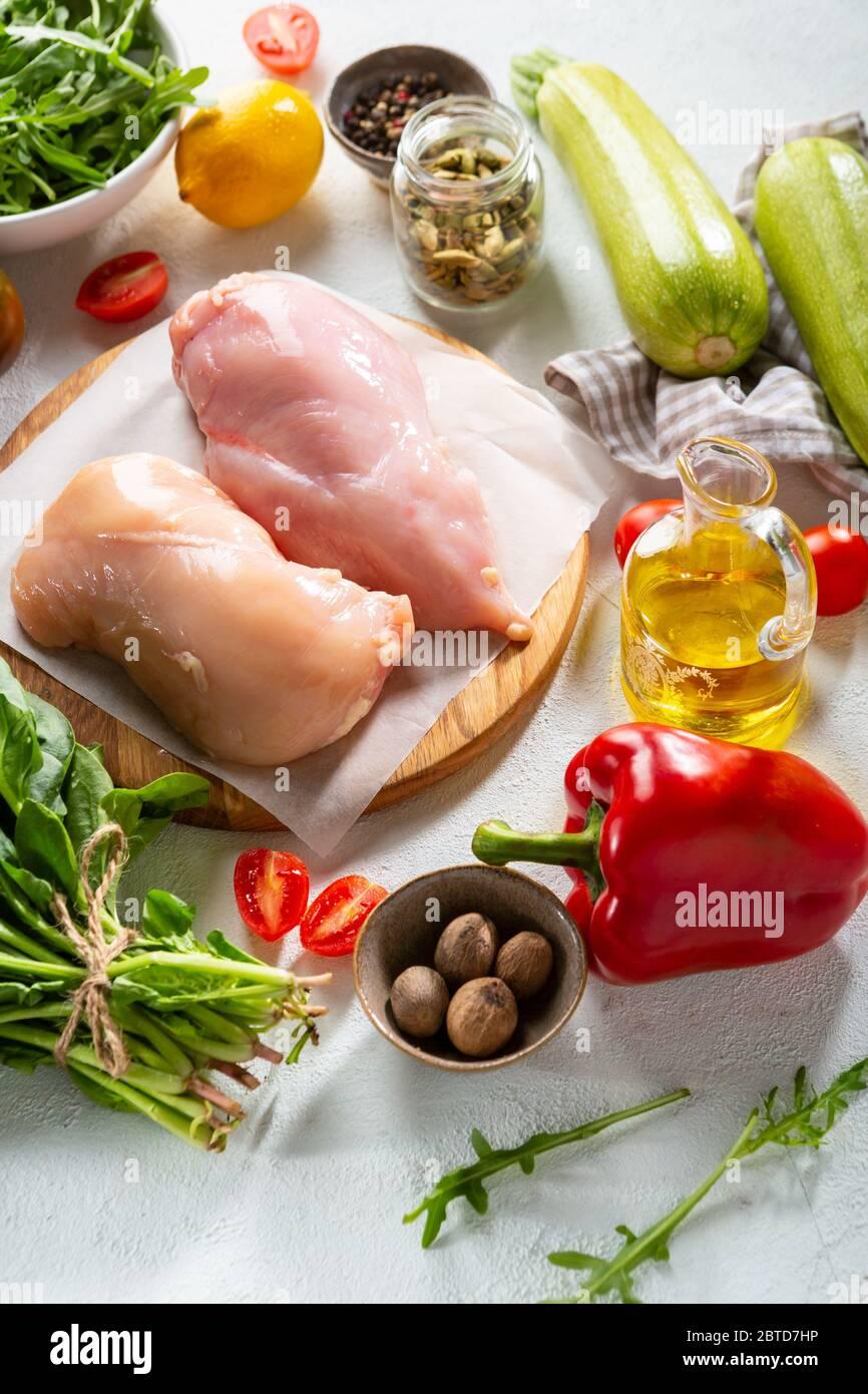 Viande de poulet crue et légumes frais, cuisson Banque D'Images