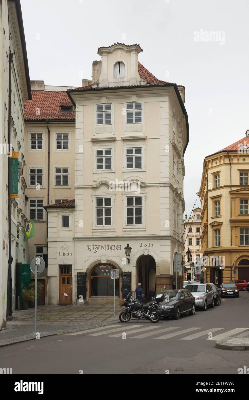 Maison à la montagne d'or (Dům u Zlaté hory) également connue sous le nom de Maison aux Goldbeaters (Dům u Zlatotepců) à Staré Město (vieille ville) à Prague, République Tchèque. Tsarevitch Alexei Petrovich, de Russie, et sa maîtresse Afrosinya ont vécu dans cette maison pendant cinq jours du 19 au 24 novembre 1716 pendant leur vol de la Russie à Vienne. Le Beerhouse à l'exécuteur (Pivnice u Kata) est situé dans la maison maintenant. Banque D'Images