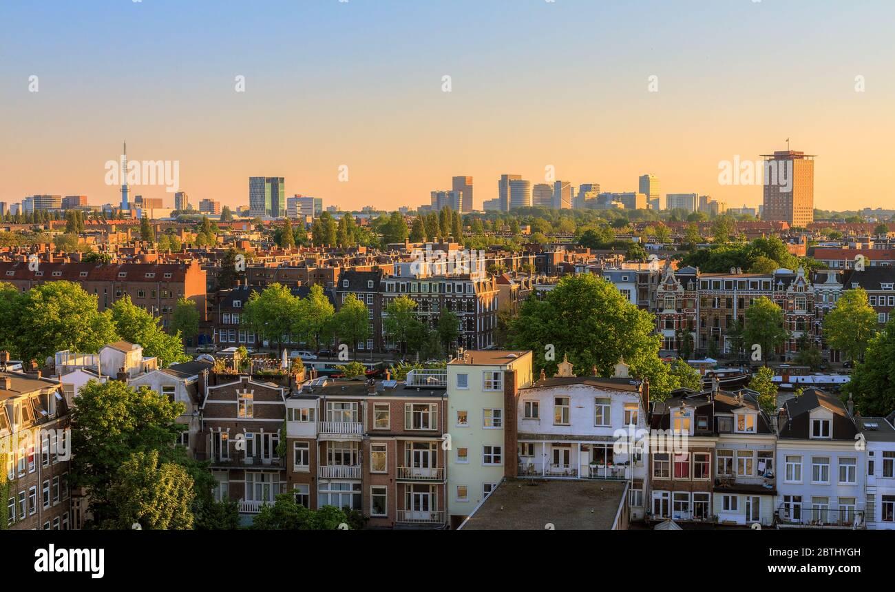 Magnifique paysage urbain surplombant la ville d'Amsterdam aux pays-Bas au coucher du soleil Banque D'Images