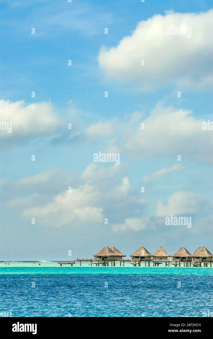 Complexe de luxe situé sur une île au bord d'un lagon, à Bora Bora, Polynésie française Banque D'Images