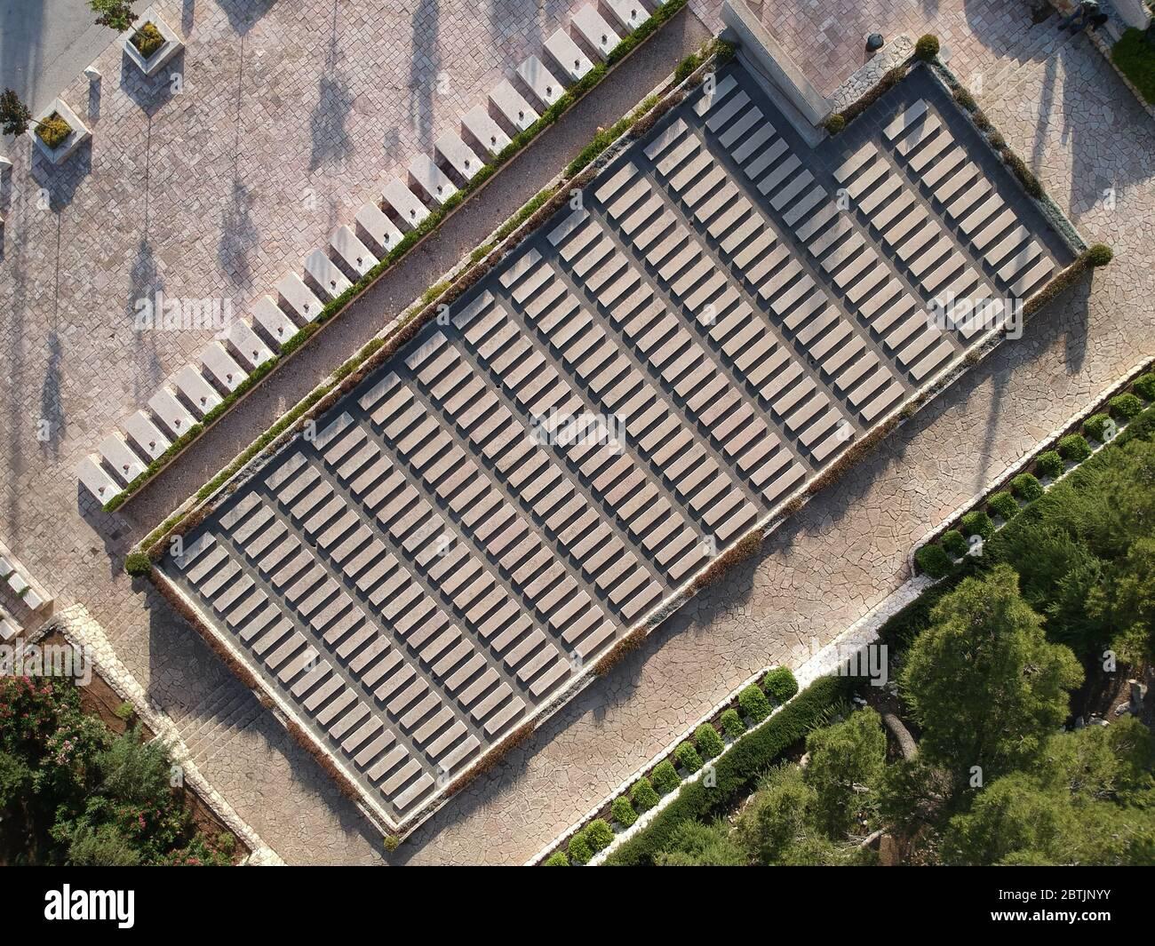 Vue aérienne du mémorial de la goélette Salvador qui a quitté la Bulgarie avec des réfugiés juifs pour la Palestine et a été détruit dans une violente tempête dans la mer de Marmara le 12 décembre 1940 au cimetière militaire national du Mont Herzl ouest de Jérusalem Israël. Banque D'Images