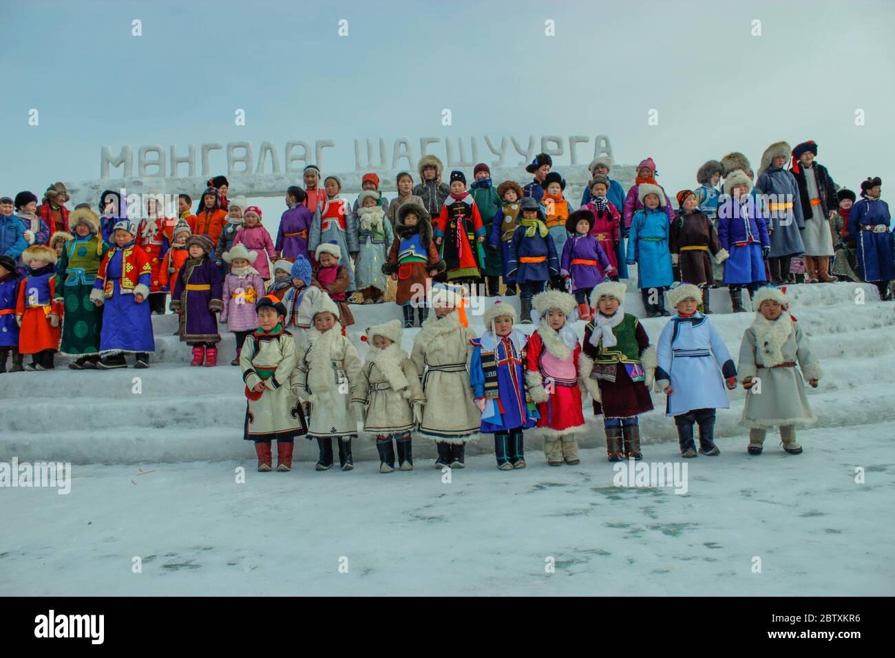 Enfants mongoles en vêtements traditionnels, hiver, province de Khovd, Mongolie Banque D'Images