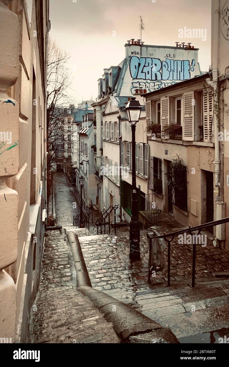 Escaliers pluvieux, ruelle étroite à Montmartre, Paris, France Banque D'Images