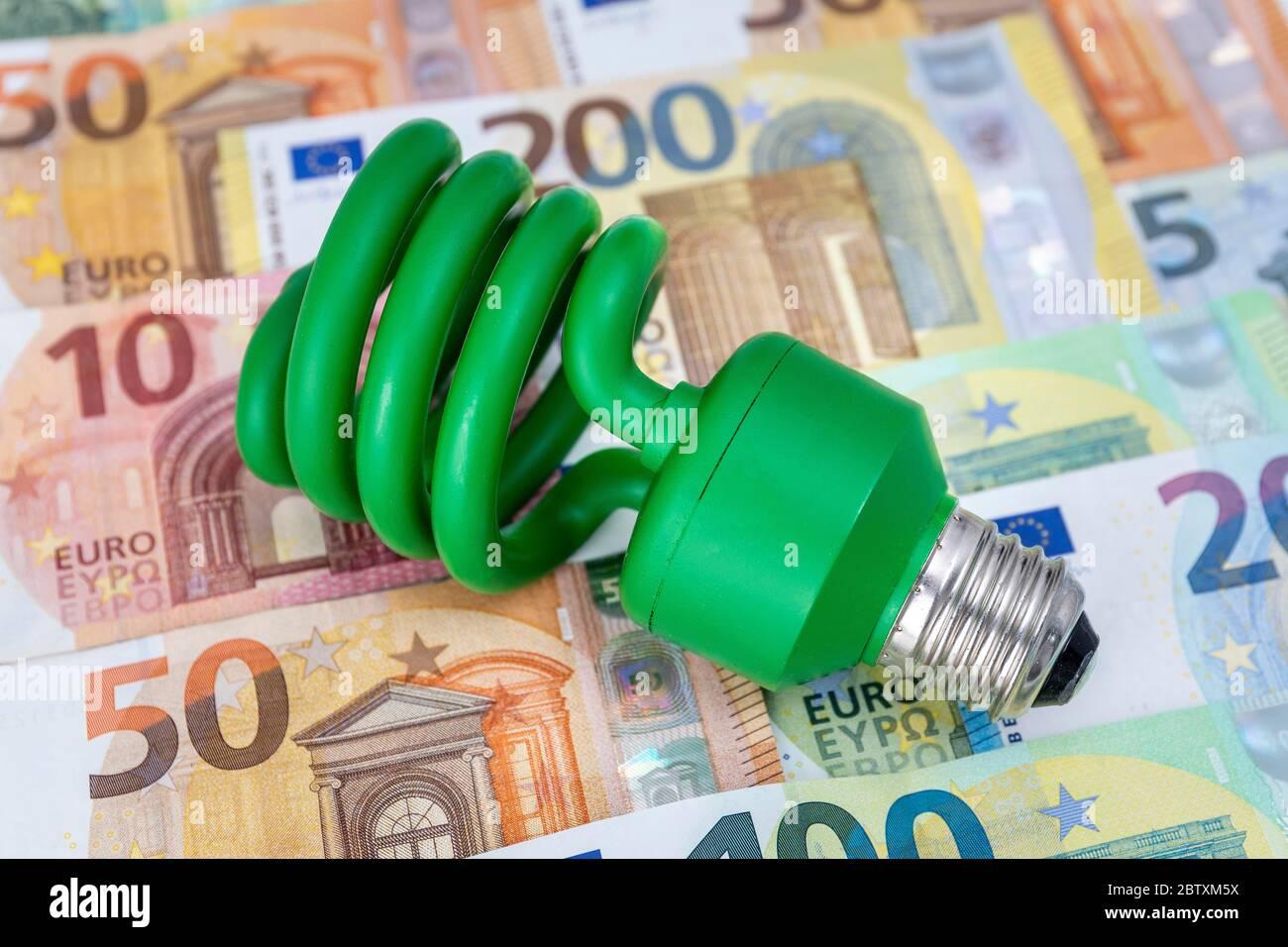 Voyant vert d'économie d'énergie sur les billets en euros, Allemagne Banque D'Images