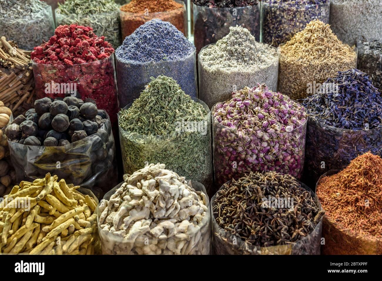 Épices colorées dans un souk arabe traditionnel. L'âme est située à Dubaï, au Moyen-Orient. Banque D'Images