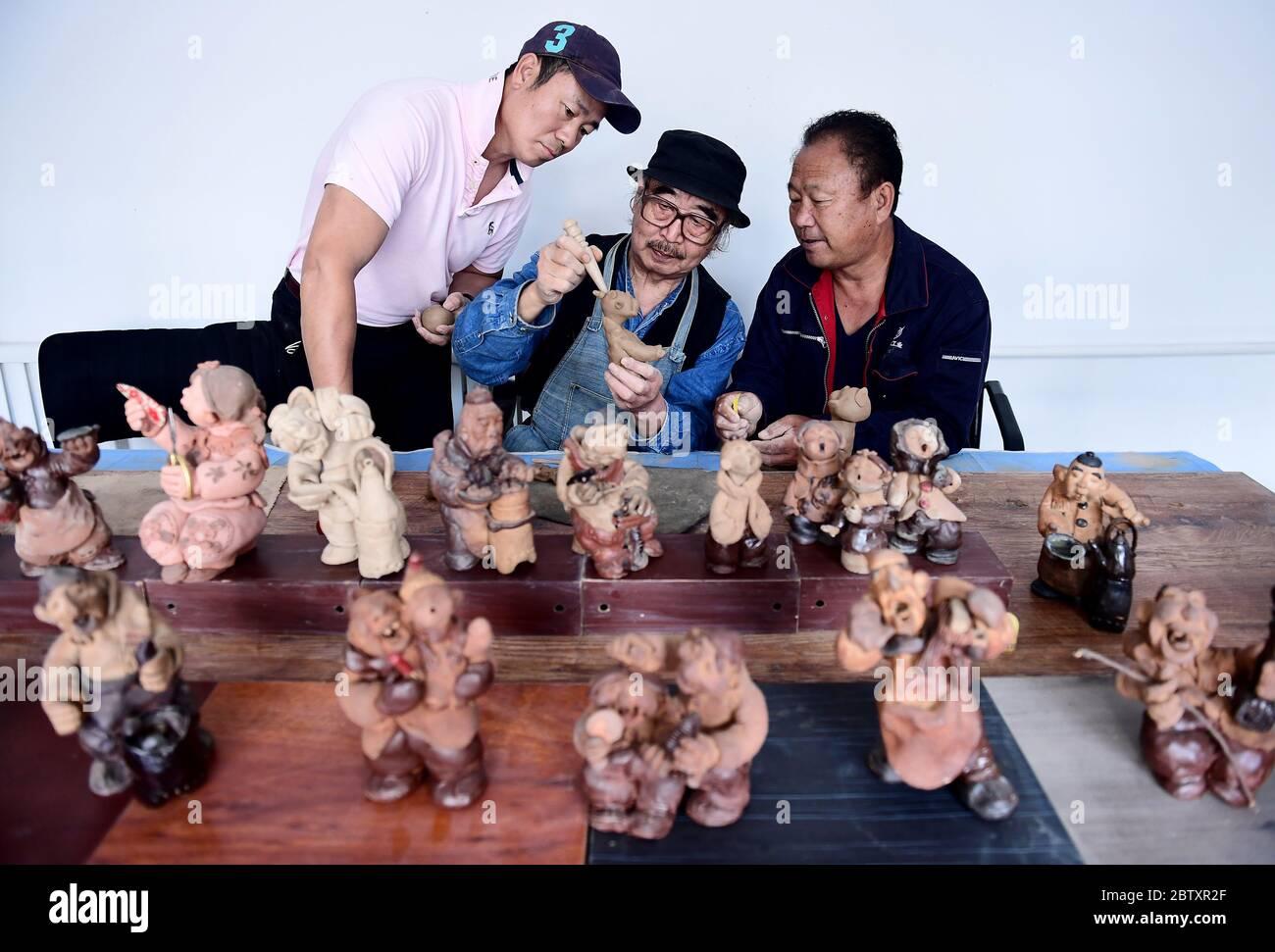 28 mai 2020, Shenyang, Shenyang, Chine : LiaoningïÂμÅ'CHINA-Wang Chen enseigne aux gens comment pétrir des figurines en argile au musée d'art wang Chen sur la rue changjiang dans la ville de shenyang, province de liaoning, 24 mai 2020. À seulement dix minutes, un morceau de boue commune entre les mains de wang Chen va se mettre en vie, magasiner deux, Bao zi Shop commis, barber, erhu, vendre de la gourde sucre glace... Les petites figures d'argile sont exagérées dans l'apparence et riches dans l'expression, comme si elles reproduissaient les scènes de la vie de marché dans la dynastie qing tardive avec le langage silencieux. (Image crédit: © SIPA Asia via ZUMA Banque D'Images