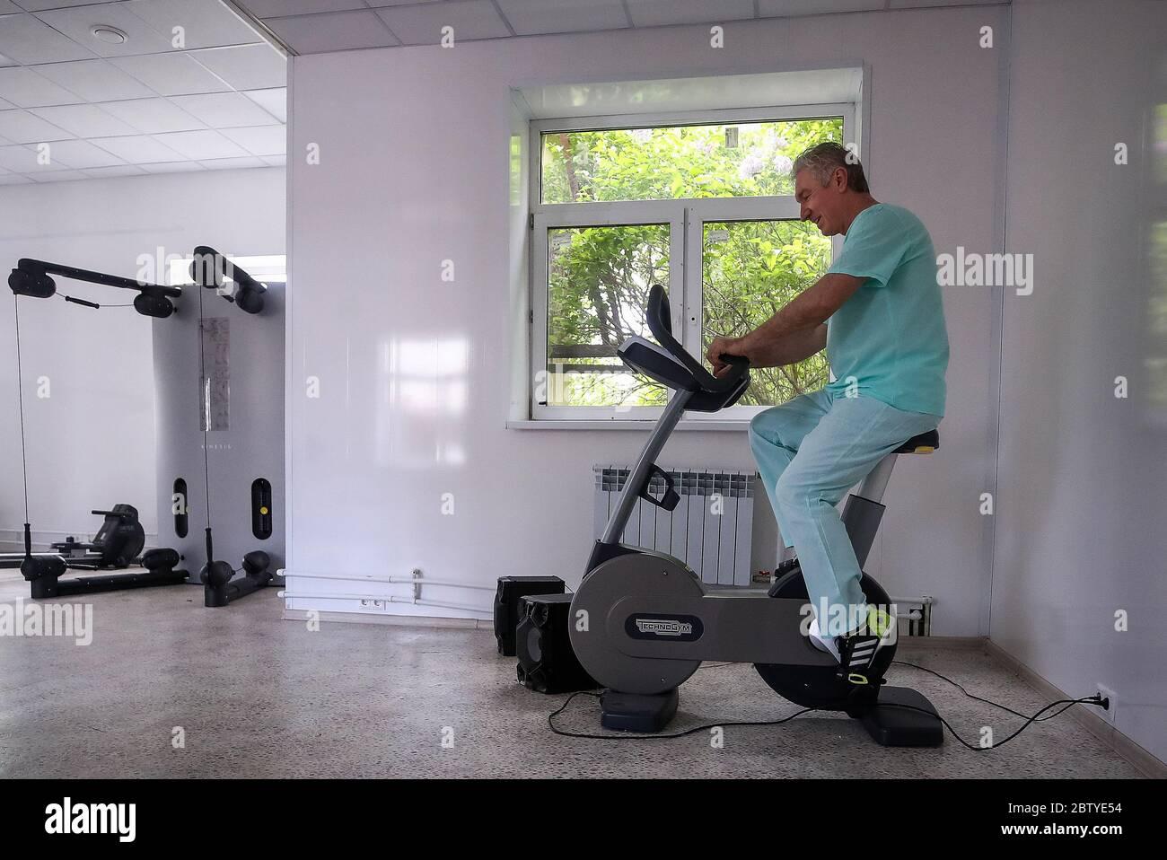 Moscou, Russie. 27 mai 2020. Rafik Shaburov, le médecin en chef du service hospitalier de l'hôpital clinique central de la médecine RZD, travaille dans la salle de gym de l'hôpital. Le service hospitalier de l'hôpital clinique central de RZD Medicine, situé sur la route Volokolamskoye de Moscou, a été réaffecté pour traiter les patients atteints de COVID-19. Crédit : Valery Sharifulin/TASS/Alay Live News Banque D'Images