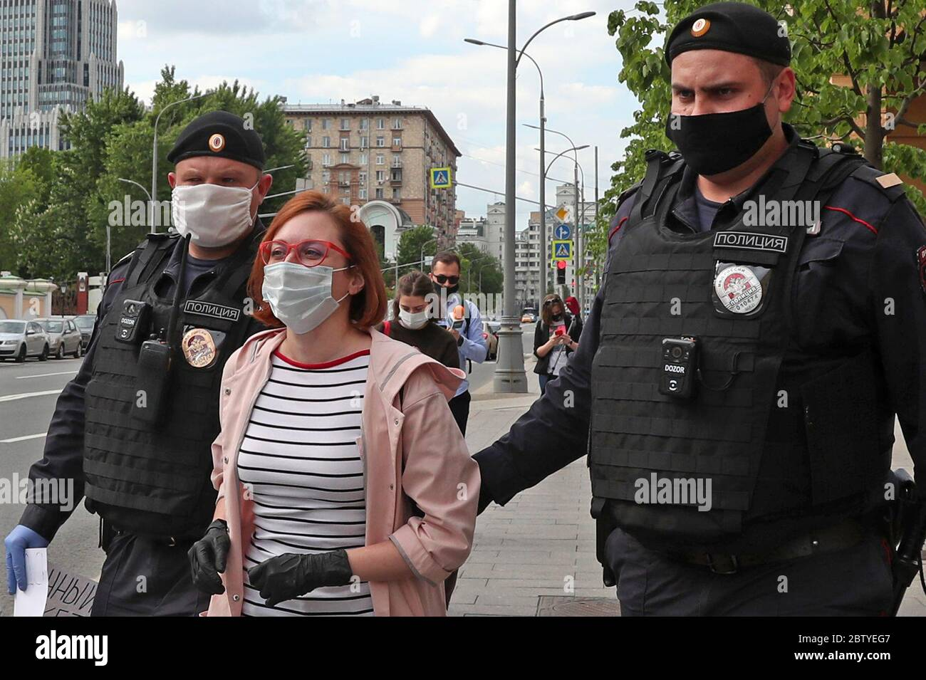 MOSCOU, RUSSIE – 28 MAI 2020 : l'hôte de la radio Ekho Moskvy, la journaliste Tatyana Felgenhauer (C), est détenue par la police lors d'une manifestation en solo en faveur de la journaliste Ilya Azar devant le bureau principal de la branche de Moscou du ministère russe de l'intérieur, rue Petrovka. Les journalistes ont manifesté à tour de rôle en faveur d'Ilya Azar, arrêté et placé en détention provisoire pendant 15 jours le 26 mai pour avoir organisé une manifestation en solo contre la détention de Vladimir Vorontsov, fondateur de la page publique des médiateurs Politsii sur un réseau social. Vladimir Gerdo/TASS Banque D'Images