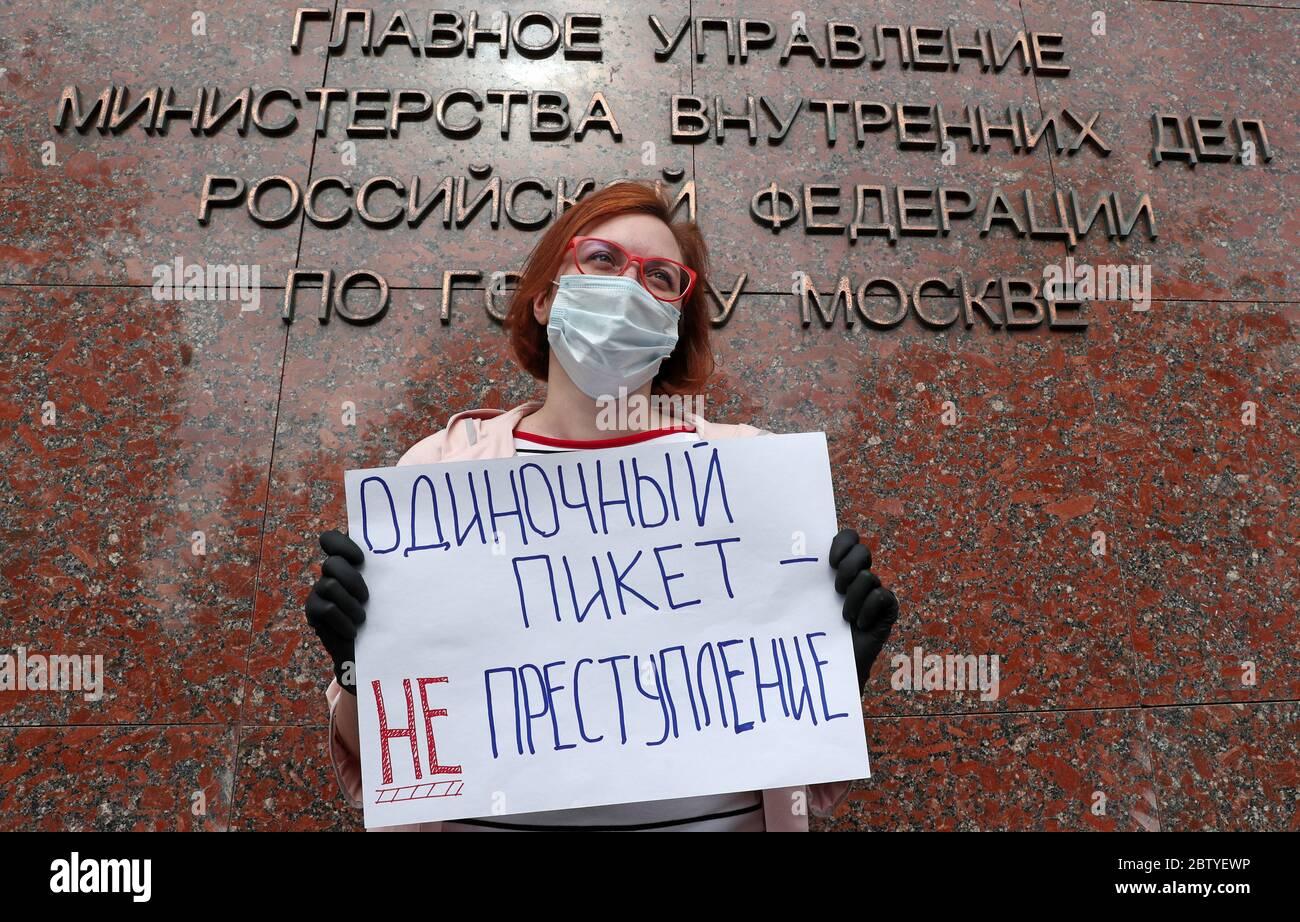 """MOSCOU, RUSSIE - 28 MAI 2020 : Ekho Moskvy animateur de radio, la journaliste Tatyana Felgenhauer a un panneau avec un message indiquant """"UNE manifestation en solo n'est pas un crime"""" lors d'une manifestation en solo en faveur de la journaliste Ilya Azar devant le bureau principal de la branche de Moscou du ministère russe des Affaires intérieures à la rue Petrovka. Les journalistes ont manifesté à tour de rôle en faveur d'Ilya Azar, arrêté et placé en détention provisoire pendant 15 jours le 26 mai pour avoir organisé une manifestation en solo contre la détention de Vladimir Vorontsov, fondateur de la page publique des médiateurs Politsii sur un réseau social. Vladimir Gerdo/T. Banque D'Images"""