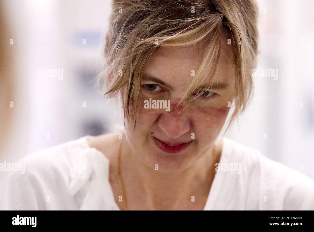 Moscou, Russie. 27 mai 2020. L'infirmière Olga Kalinina, après avoir quitté la « zone de repos » dans une unité de soins intensifs de l'hôpital clinique central de RZD Medicine, sur la route Volokolamskoye de Moscou, a été réutilisée pour traiter les patients atteints de COVID-19. Crédit : Valery Sharifulin/TASS/Alay Live News Banque D'Images