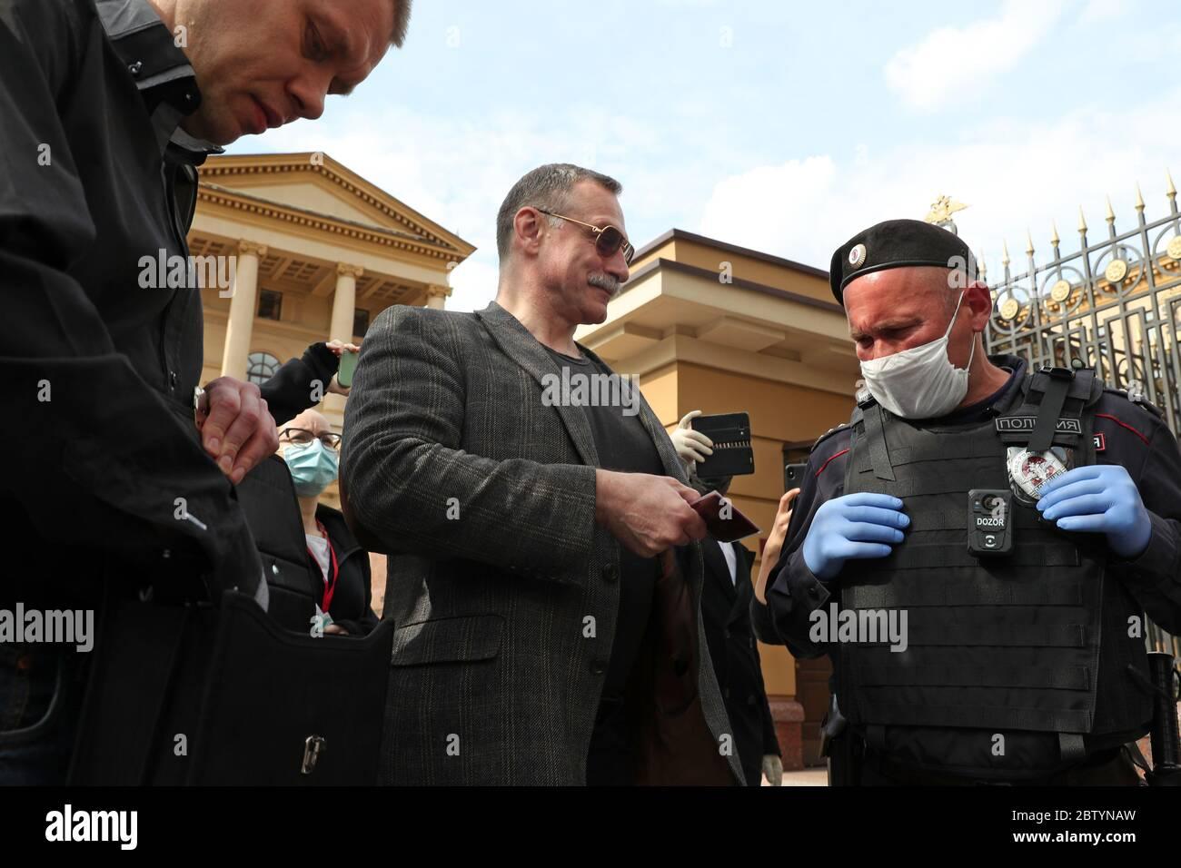 Moscou, Russie. 28 mai 2020. Yevgeny Stupin et Mikhail Timonov (G-D), membres de la Douma de Moscou, ont été approchés par des policiers lors d'une manifestation en solo en faveur de la journaliste Ilya Azar devant le bureau principal de la branche de Moscou du ministère russe des Affaires intérieures, dans la rue Petrovka. Azar a été arrêté et placé en détention pendant 15 jours le 26 mai pour avoir organisé une manifestation en solo contre la détention de Vladimir Vorontsov, fondateur de la page publique des médiateurs Politsii sur un réseau social. Crédit : Vladimir Gerdo/TASS/Alay Live News Banque D'Images