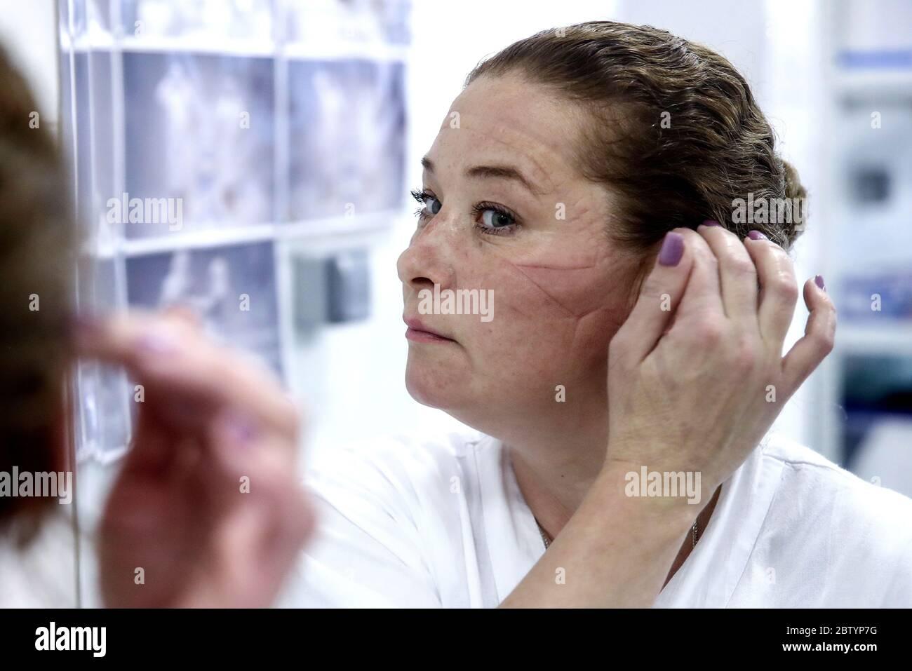 Moscou, Russie. 27 mai 2020. L'infirmière Yulia Polushkina, après avoir quitté la « zone de repos » dans une unité de soins intensifs de l'hôpital clinique central de RZD Medicine, sur la route Volokolamskoye de Moscou, a été réutilisée pour traiter les patients atteints de COVID-19. Crédit : Valery Sharifulin/TASS/Alay Live News Banque D'Images