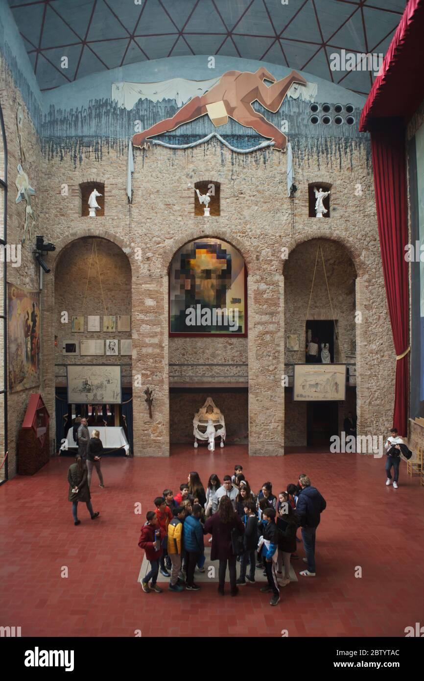 Le groupe de visiteurs reste exactement sur la tombe non marquée du peintre surréaliste espagnol Salvador Dalí dans la salle principale du Théâtre et musée Salvador Dalí à Figueres, Catalogne, Espagne. La peinture de Salvador Dalí intitulée 'Lincoln in Dalivision' est vue en arrière-plan. Banque D'Images