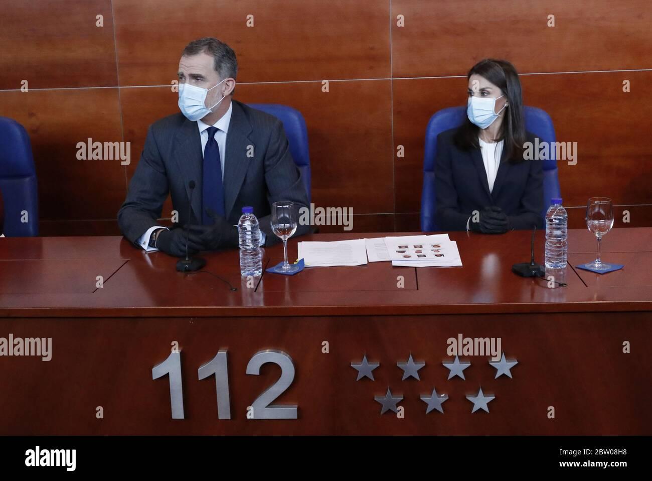 Le roi Felipe VI d'Espagne et la reine Letizia d'Espagne retournent dans leurs fonctions publiques et portent des EPI lorsqu'ils visitent les installations de Madrid, Espagne avec: Le roi Felipe VI d'Espagne, la reine Letizia d'Espagne où: Madrid, Espagne quand: 27 avril 2020 crédit: Oscar Gonzalez/WENN Banque D'Images