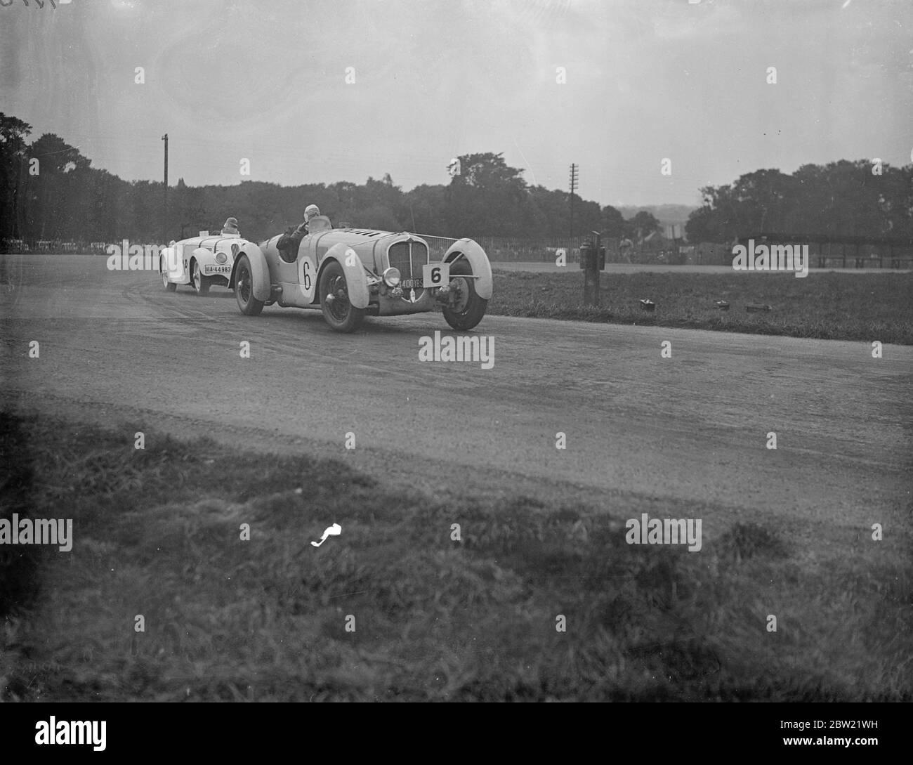 Un Delahaye français conduit par M.Mongin à la tête de la Frazer Nash conduit par A.E.F Fane, derrière est J.D Barnes. En Angleterre pour la première fois de son histoire, la course de Trophée touristique internationale du Royal automobile club a eu lieu sur le circuit de Donington Park Road, près de Derby. La seule femme qui couvrait le parcours de 310 miles était Mme A.C Dobson. 4 septembre 1937. Banque D'Images
