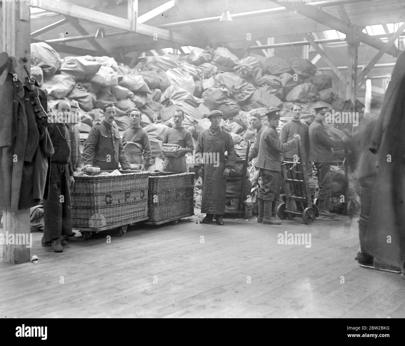 Traiter les colis de Noël de Tommy au bureau des colis de la Nouvelle Armée, Regent's Park. Une énorme pile de colis en attente d'être triés. 1914 Banque D'Images