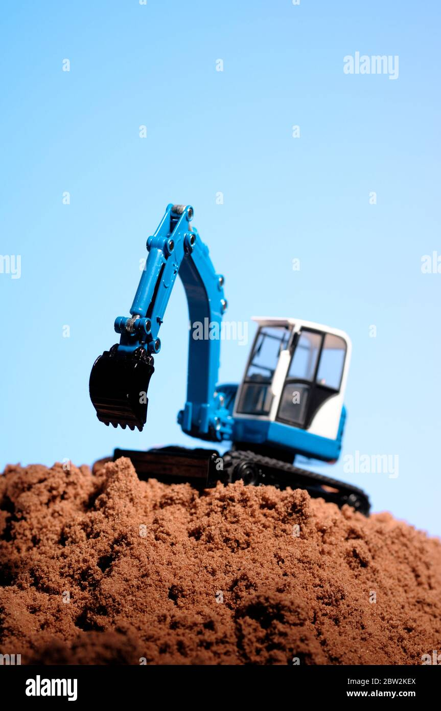 Un creuseur de jouets sur une pile de sable Banque D'Images