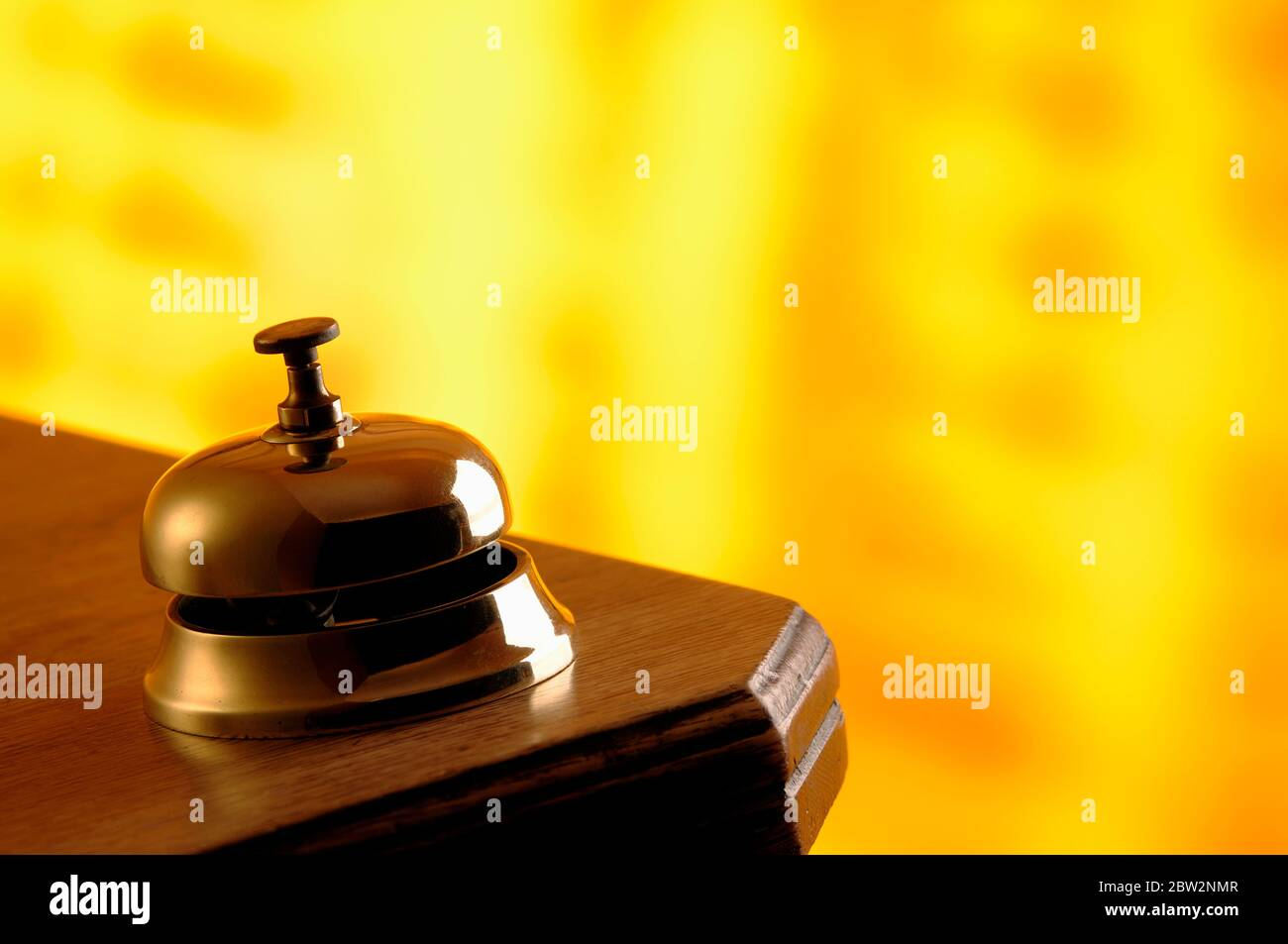 Une cloche de réception en laiton sur un vieux bureau en bois Banque D'Images