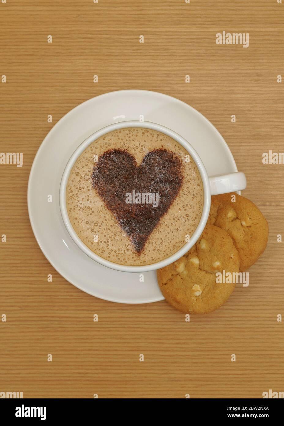 Plat de dessus de la pose d'une tasse de café et de biscuits Banque D'Images