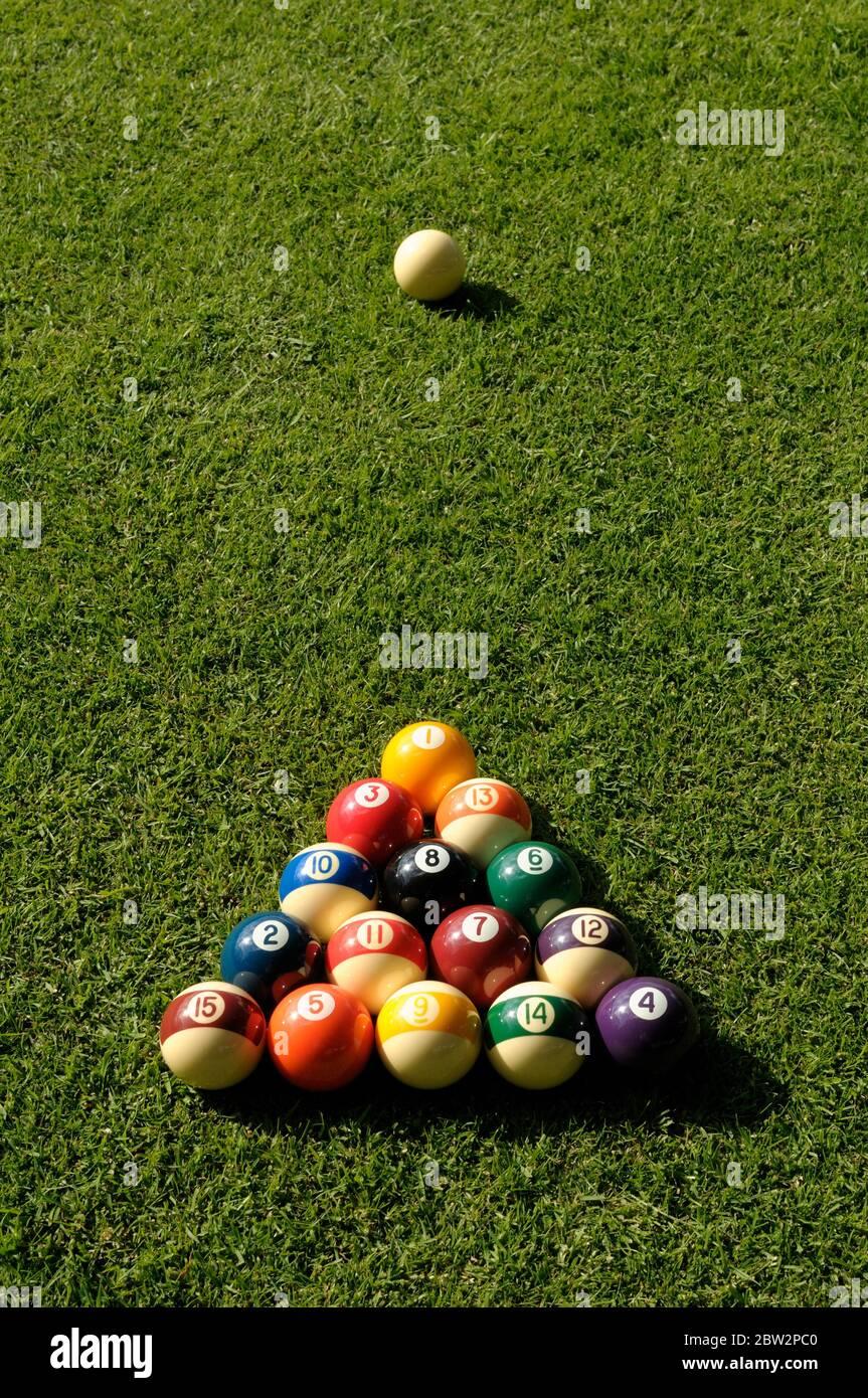 Balles de billard sur une pelouse Banque D'Images