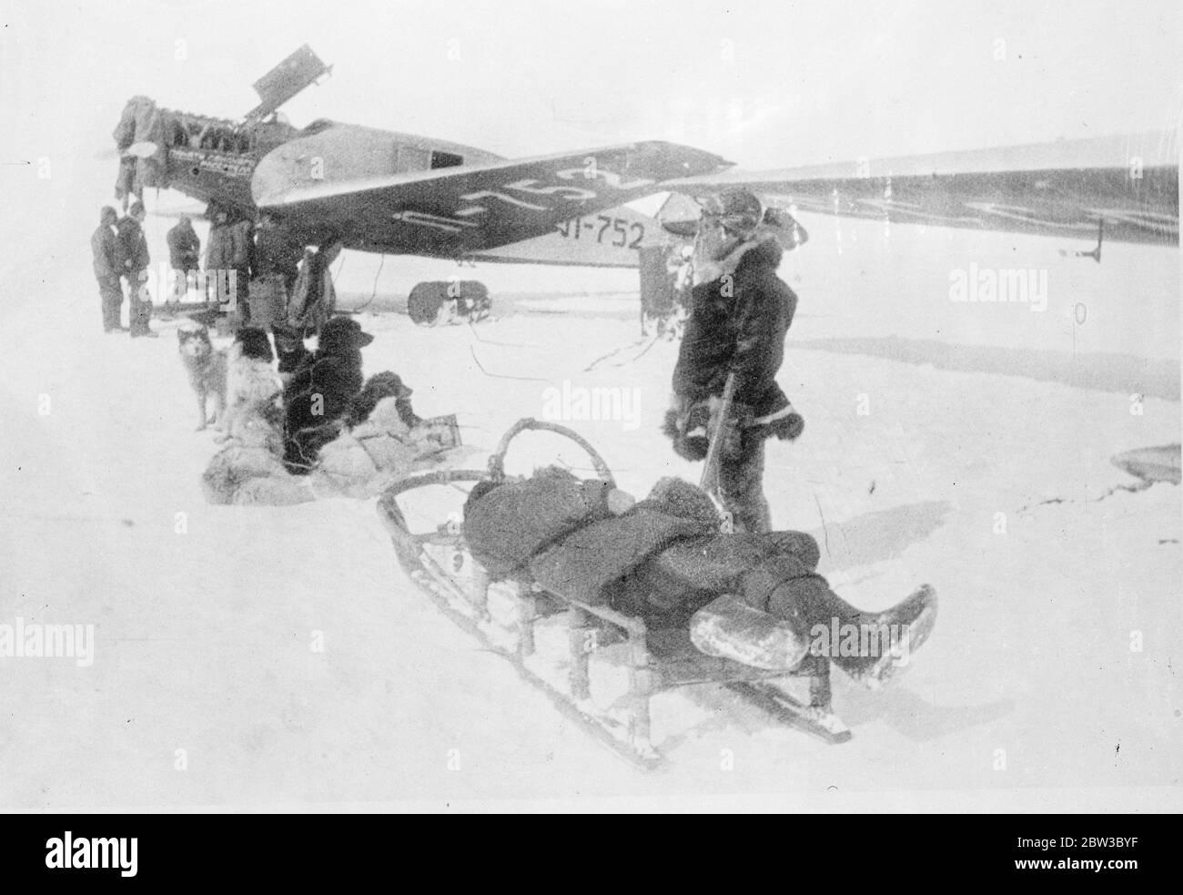 SS Chelyuskin , un navire à vapeur soviétique envoyé dans une expédition pour naviguer à travers la glace polaire le long de la route maritime du Nord de Mourmansk à Vladivostok , est devenu la glace dans les eaux arctiques pendant la navigation . Il a été pris dans les champs de glace en septembre. Après cela, il a dérivé dans le bloc de glace avant de s'enfoncer le 13 février 1934, écrasé par les icepacks près de l'île Kolyuchin dans la mer des Chukchi . L'équipage a réussi à s'échapper sur la glace et a construit une piste d'atterrissage de fortune en utilisant seulement quelques bêches , des pelles à glace et deux barres de pied de biche , qui ont aidé au sauvetage de l'équipage . Cinquante trois hommes ont marché Banque D'Images