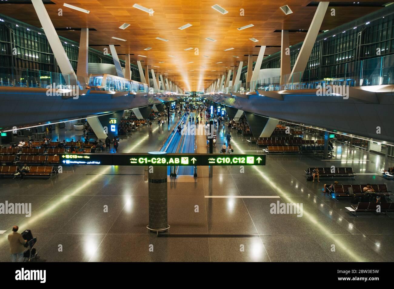 En regardant vers le bas un long terminal vide à l'aéroport international de Hamad, Doha, Qatar Banque D'Images
