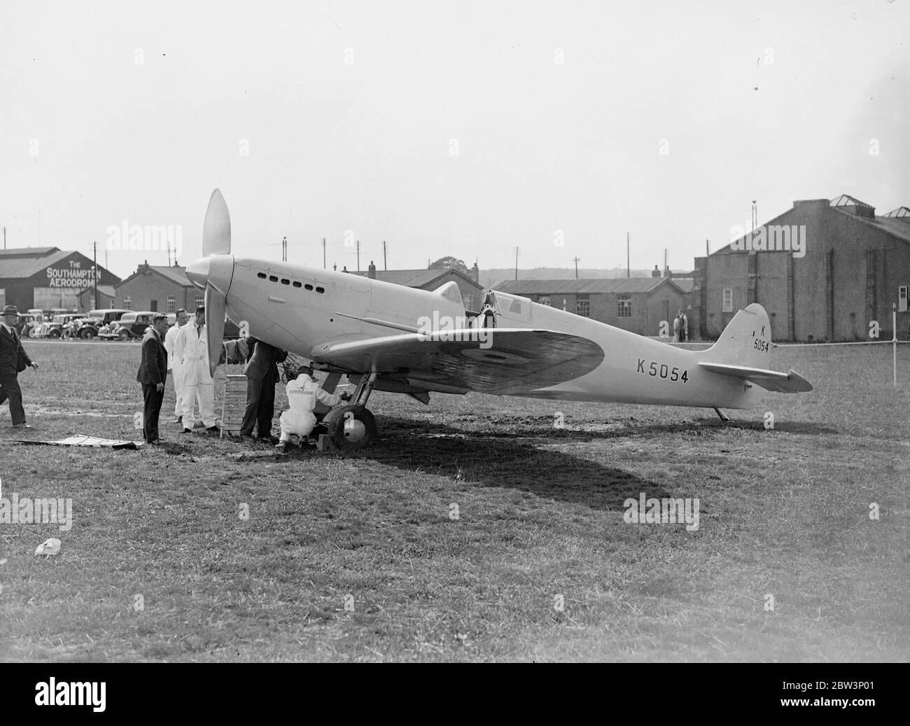 L'avion militaire le plus rapide du monde a été présenté à Southampton . Nouvelles machines pour la Royal Air Force . Les avions militaires les plus rapides du monde, le Spitfire 1 , un monoplan à voilure basse et le Vickers Wellesley , un bombardier à longue portée et un avion à usage général , ont été présentés à l'aérodrome d'Eastleigh , Southampton . Construit pour la Royal Air Force par les travaux aériens Supermarine ( Vickers ) Lamianté , les deux machines sont équipées de trains de roulement rétractables . Spitfire 1 , un chasseur de jour et de nuit , est équipé de volets d'aile . Les deux machines doivent être en vue pour la première Banque D'Images