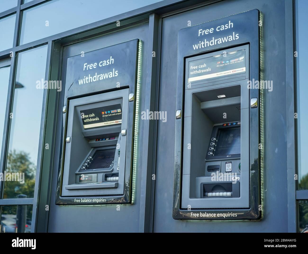 Distributeurs automatiques de billets isolés à l'extérieur du supermarché du Royaume-Uni. Distributeur de points de caisse extérieur britannique. « trou dans le mur » retraits d'espèces. Distributeurs automatiques de billets publics. Banque D'Images