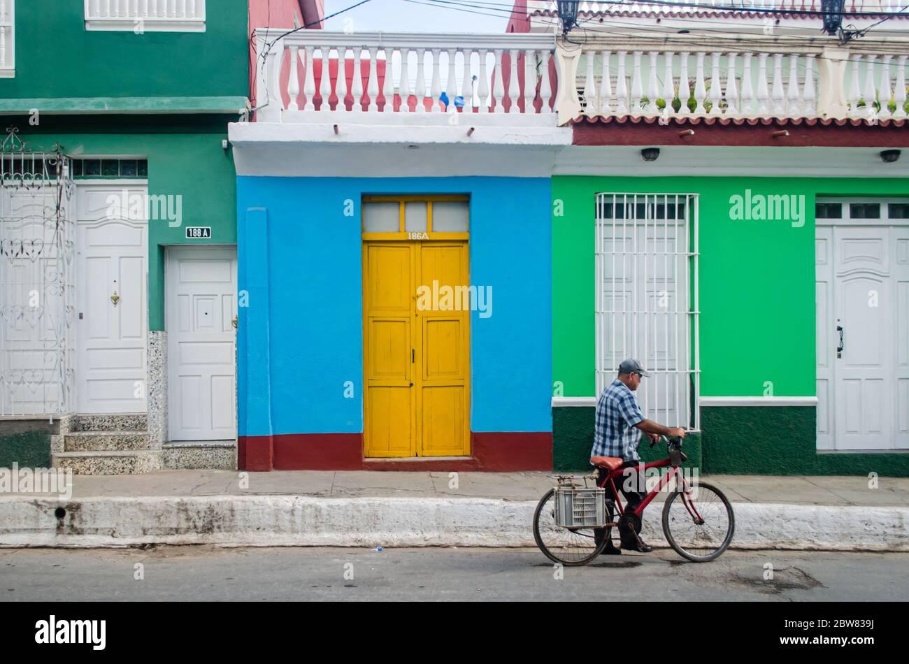 Un homme qui fait du vélo dans les rues de Trinidad à Cuba Banque D'Images