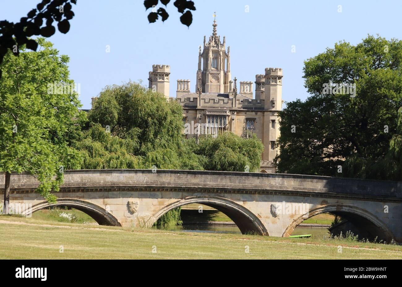 Cambridge, Royaume-Uni. 30 mai 2020. Le St Johns College de Cambridge est photographié déserté en raison de l'épidémie de coronavirus.l'université de Cambridge a annoncé qu'il n'y aura pas de conférences en face à face au cours de la prochaine année scolaire 2020/2021 en raison de la COVID-19. L'université de renommée mondiale est actuellement fermée, comme toutes les universités du Royaume-Uni qui ont envoyé des étudiants à la maison en mars et déplacé des conférences, des cours, des examens et des cérémonies de remise des diplômes en ligne. Crédit : SOPA Images Limited/Alamy Live News Banque D'Images
