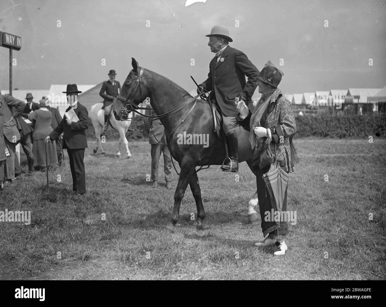 Le Royal Agricultural Show à Leicester . Lady Augusta Fane parlant à Sir Gilbert Greenall à cheval . 1924 Banque D'Images
