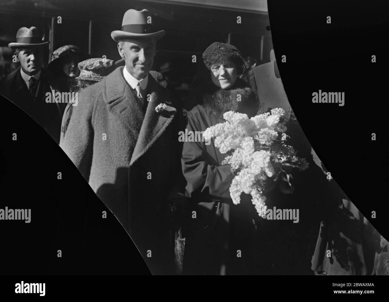 Le nouveau gouverneur du Bengale part pour l'Inde . Le comte de Lytton , qui a été nommé gouverneur du Bengale , a quitté Londres avec la comtesse de Lytton pour prendre ses fonctions . Le comte et la comtesse photographiés à Victoria avant leur départ . 10 mars 1922 Banque D'Images